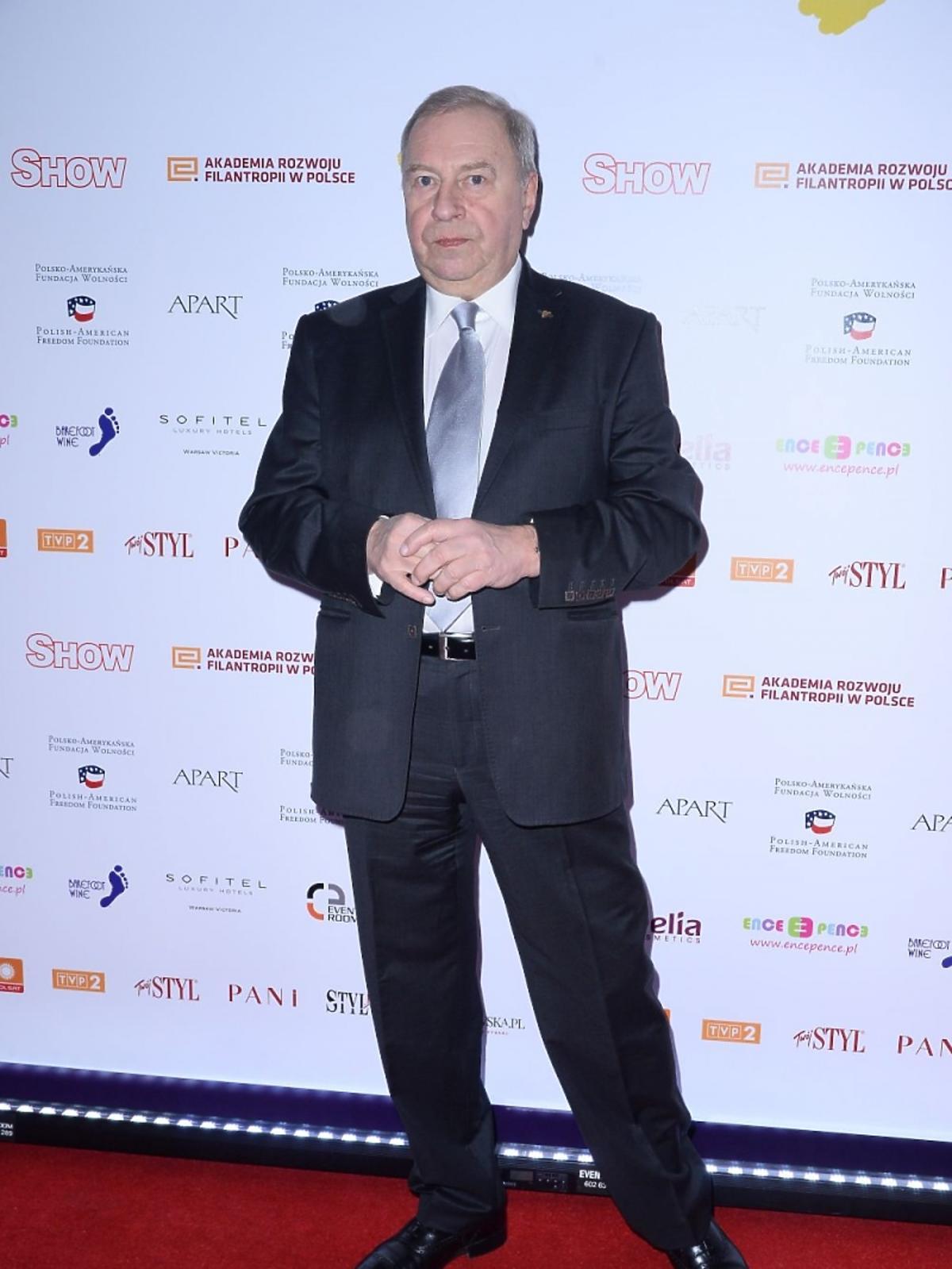 Jerzy Stuhr w garniturze