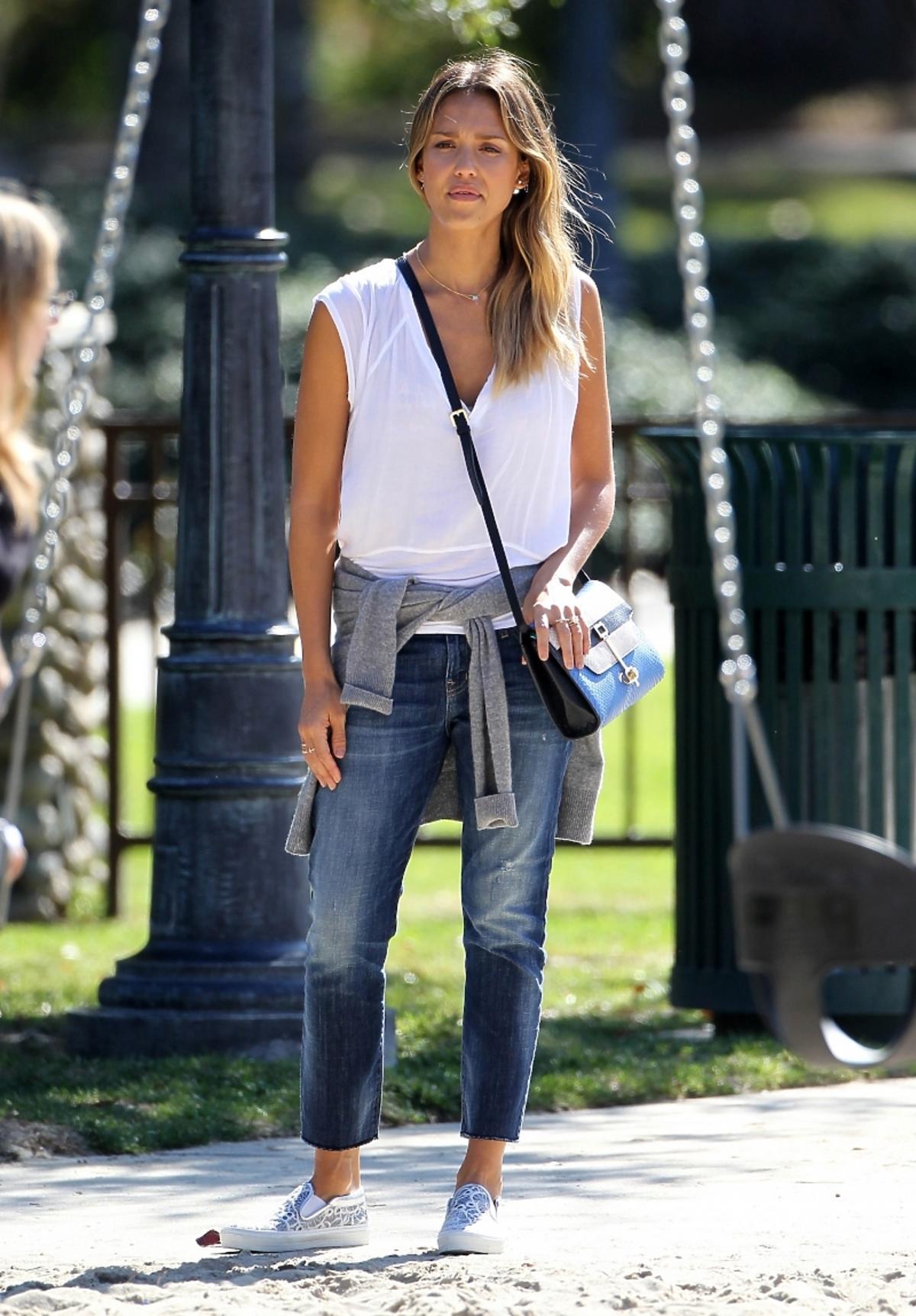 Jessica Alba w dżinsach
