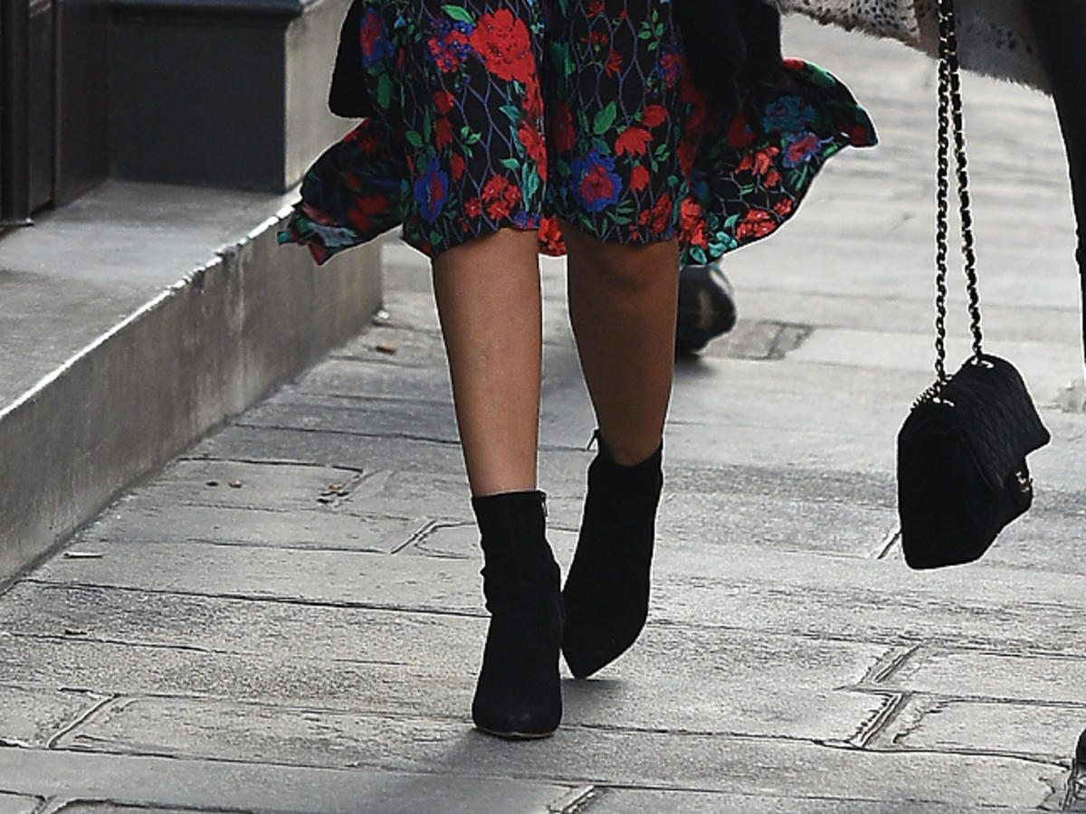 Jessica Alba w sukience we wzorzystej sukience Kenzo x H&M