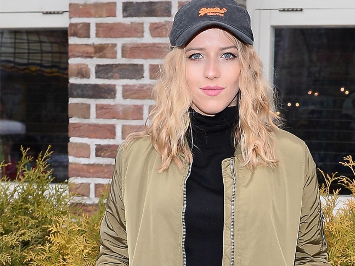Jessica Mercedes w czapce z daszkiem