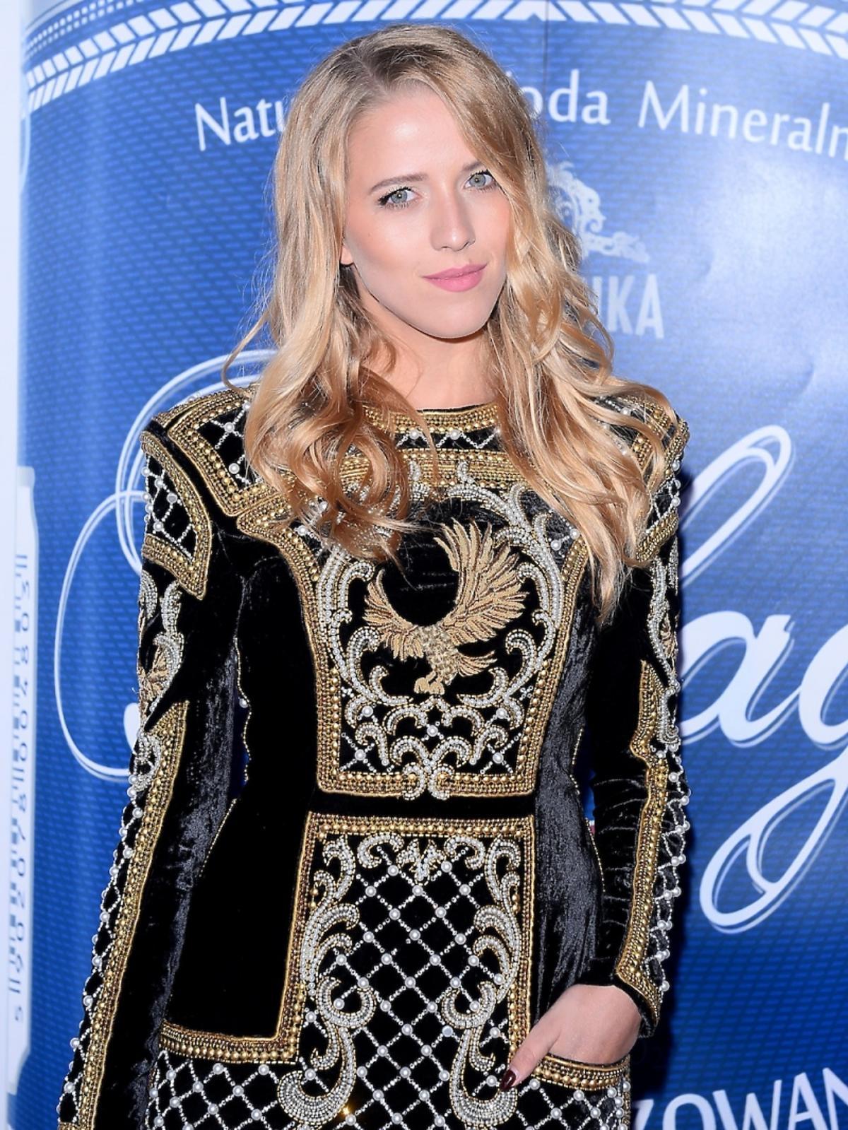 Jessica Mercedes w czarnej sukience Balmain ze złotymi i srebrnymi wzorkami
