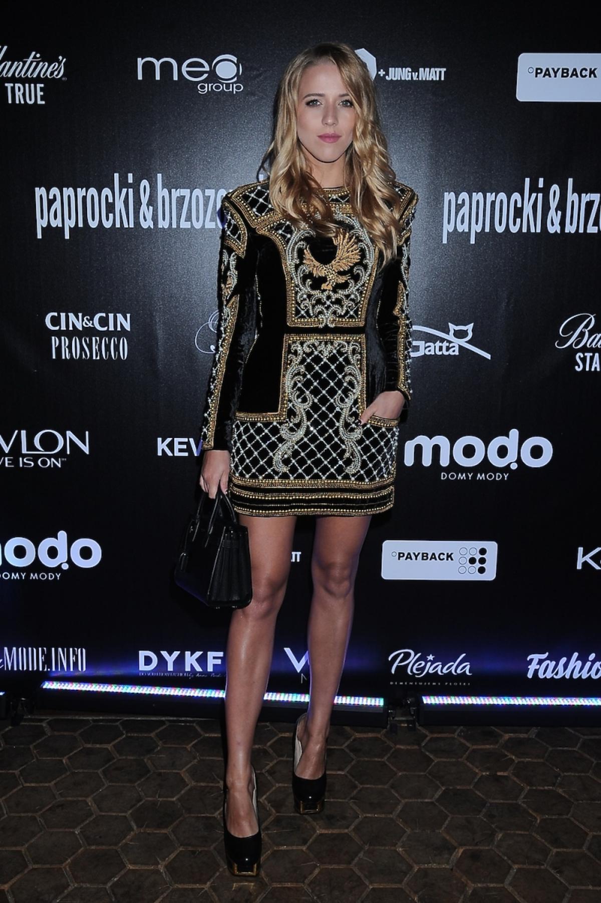 Jessica Mercedes w czarnej wzorzystej sukience Balmain