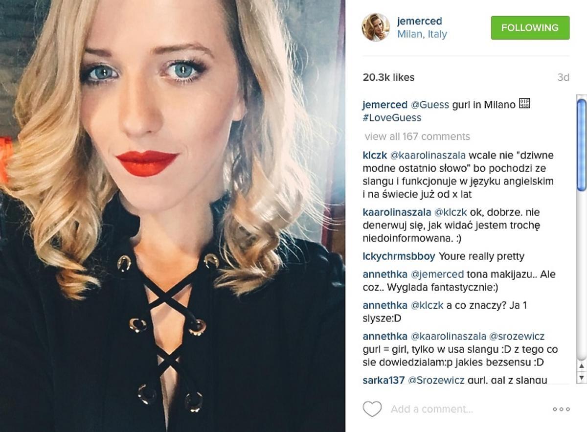 Jessica Mercedes w czerowych ustach i lokach