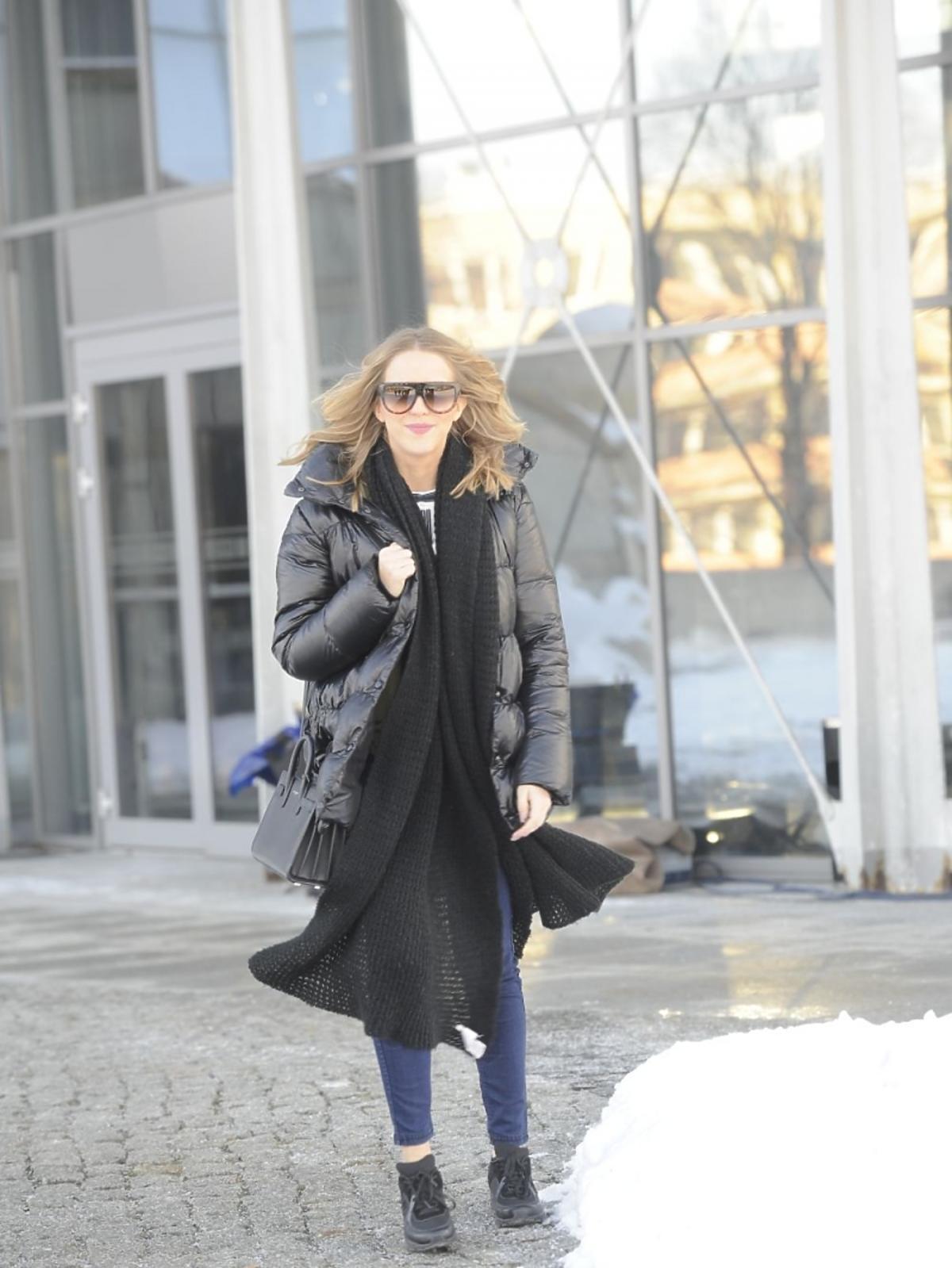 Jessica Mercedes w długim płaszczu