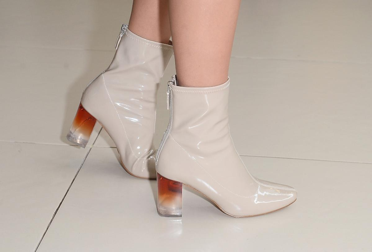 Jessica Mercedes w lakierowanych botkach