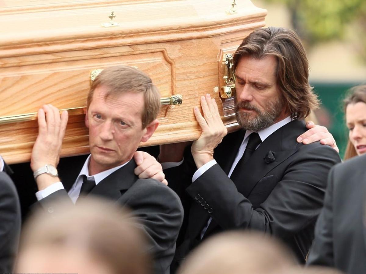 Jim Carrey niesie trumnę