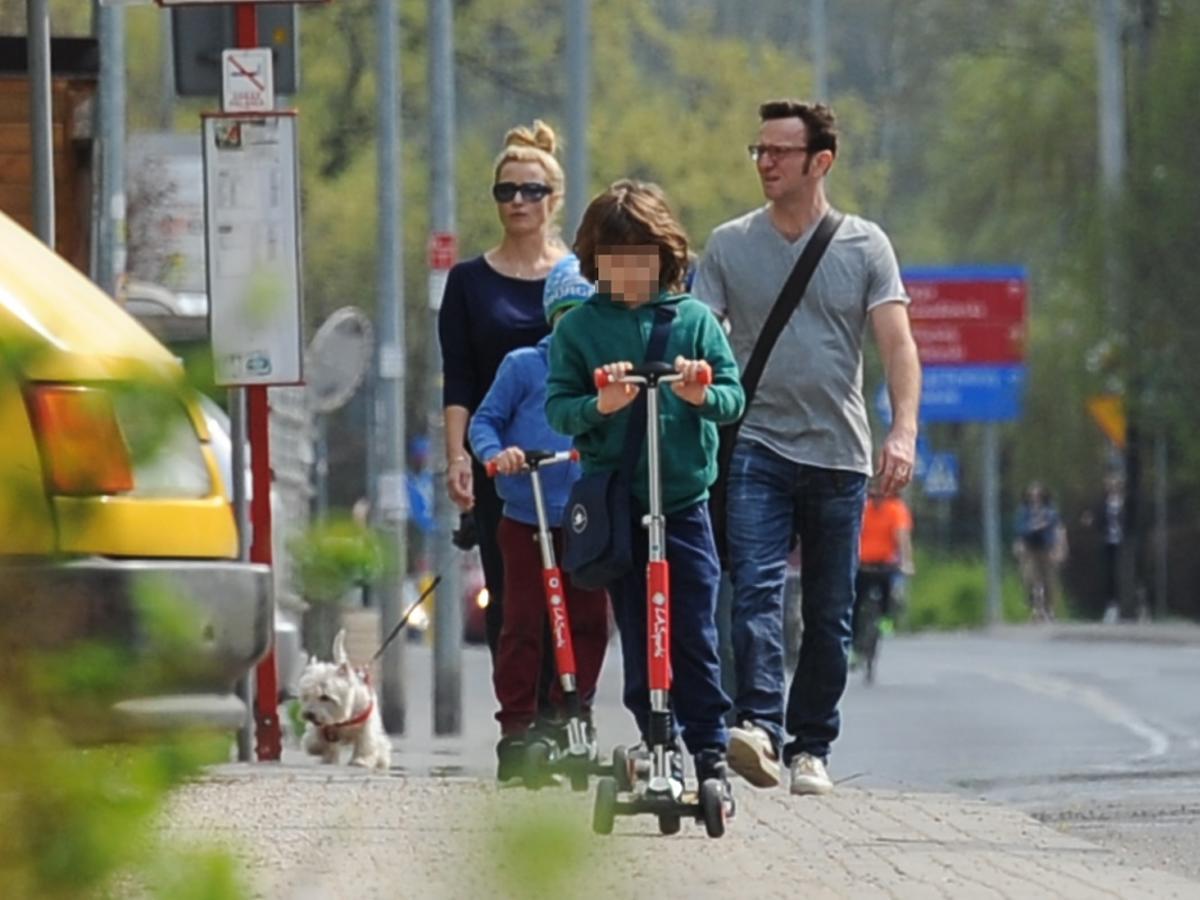 Joanna Brodzik i Paweł Wilczak na spacerze z dziećmi