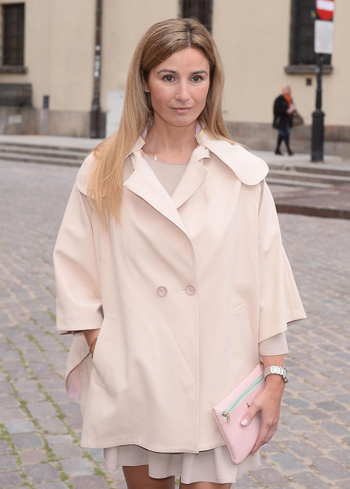 Joanna Brodzik w kremowej kurtce