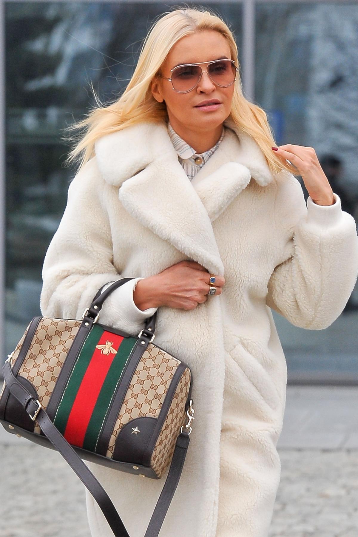 Joanna Horodyńska w białym kożuszlu z torbą Gucci
