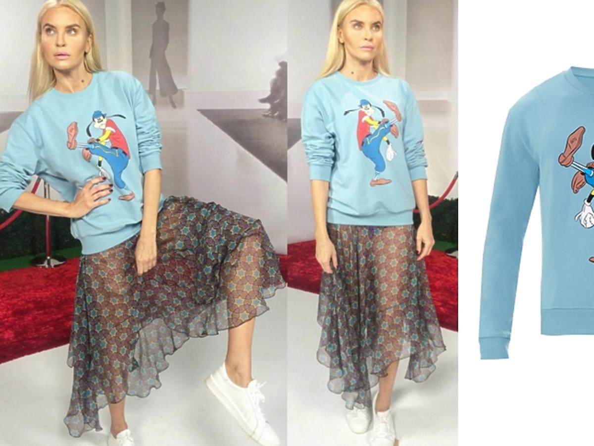 Joanna Horodyńska w błękitnej bluzie z Goofym i spódnicy