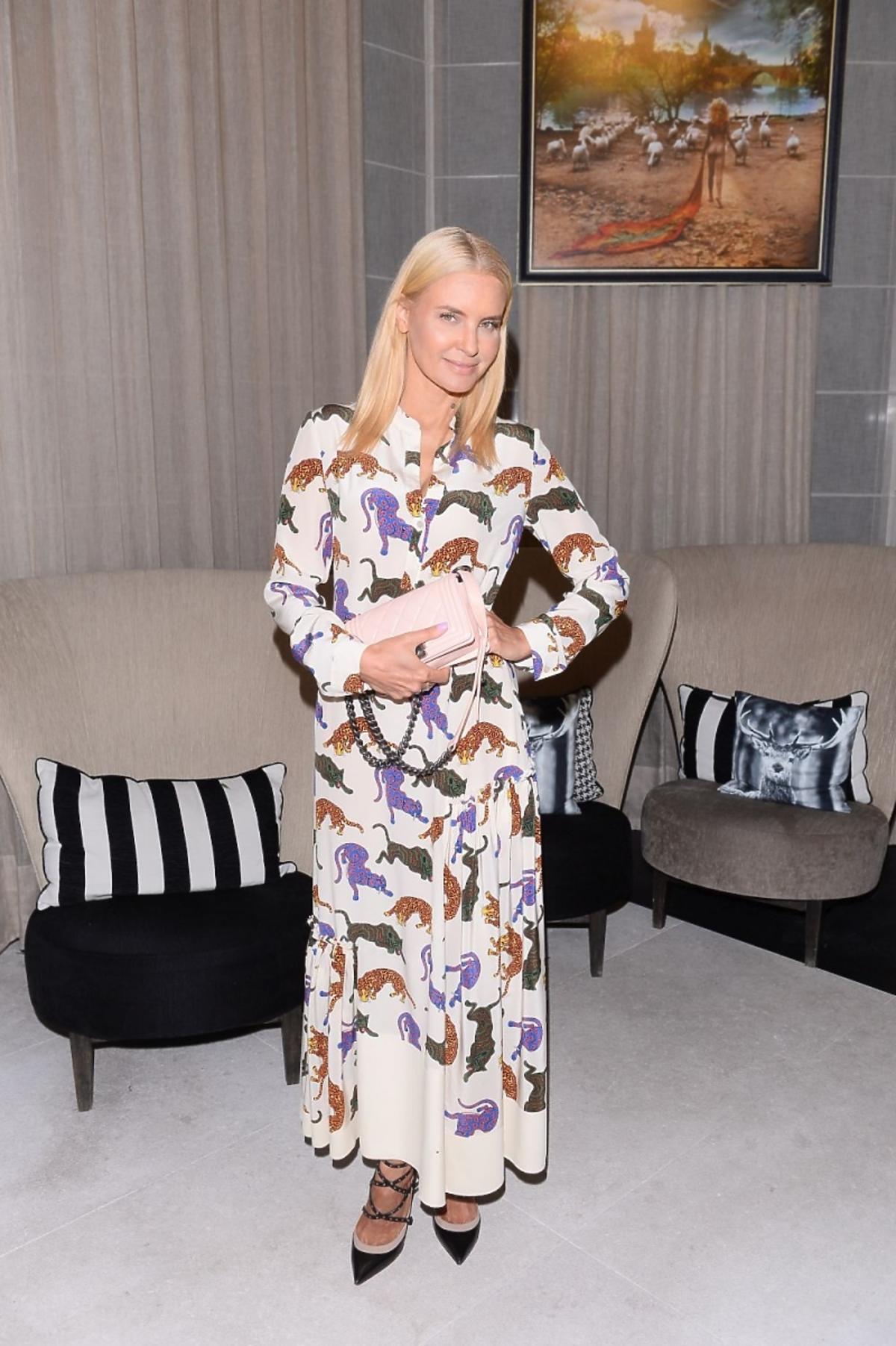 Joanna Horodyńska z różową torebką
