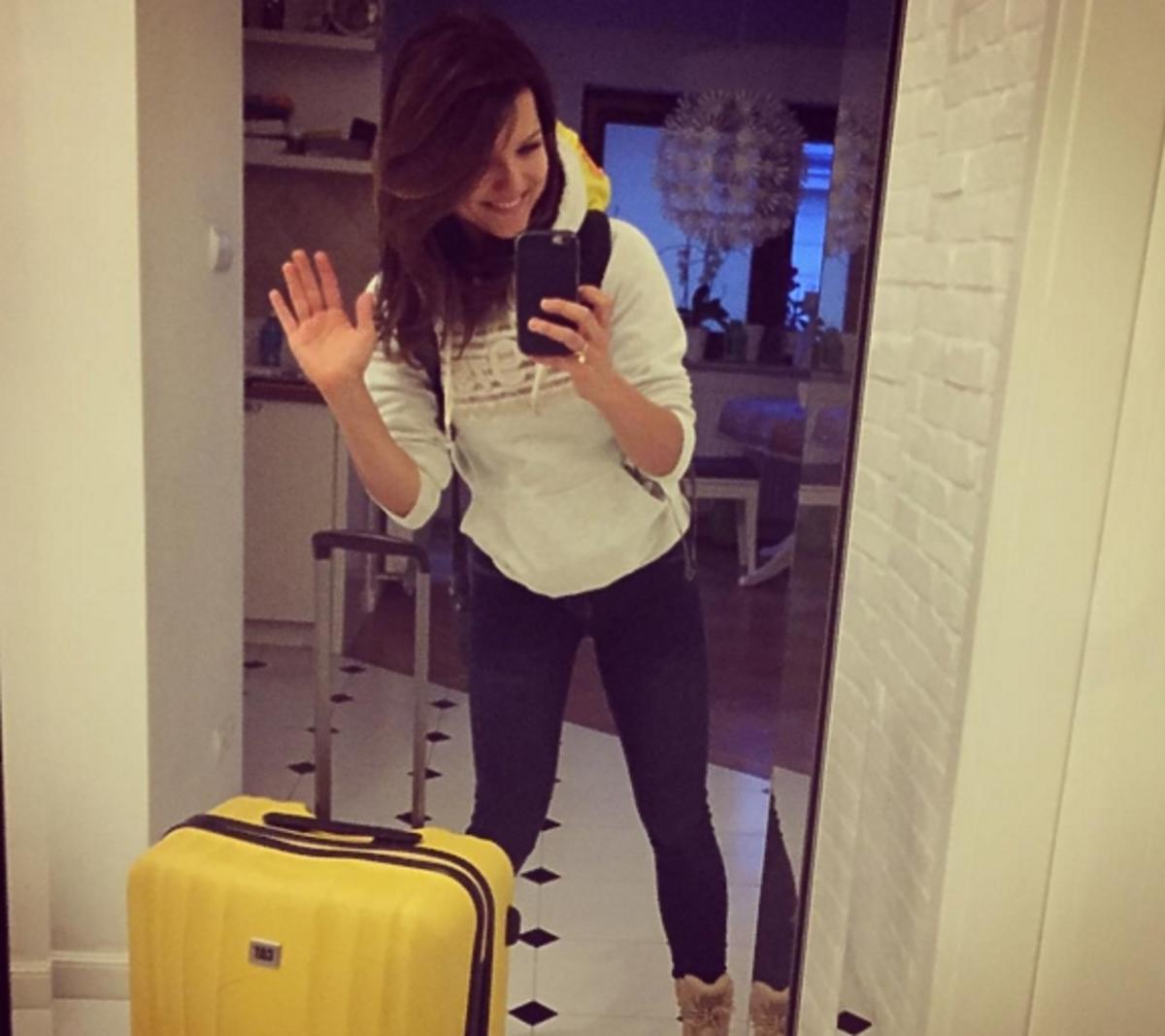 Joanna Jabłczyńska z walizką robi sobie selfie