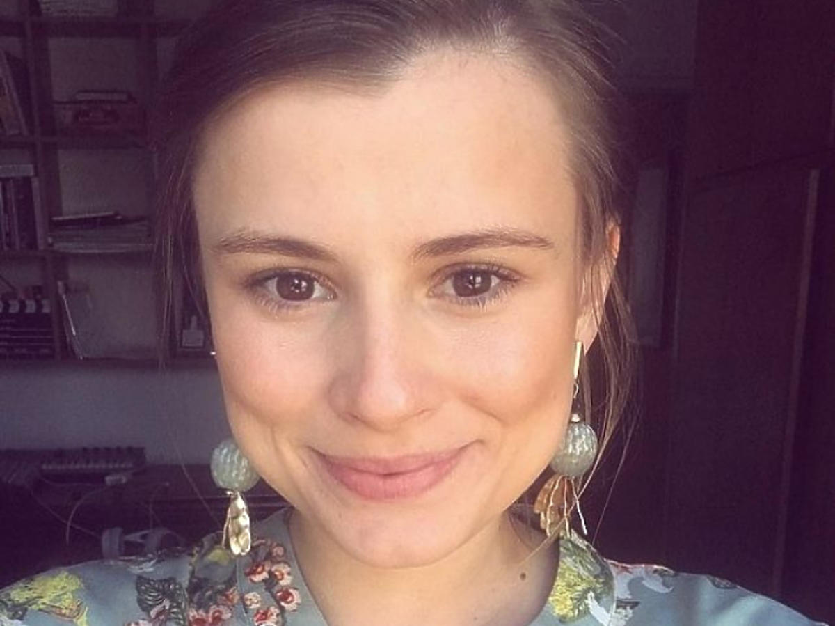 Joanna Jarmołowicz w kolorowej koszuli