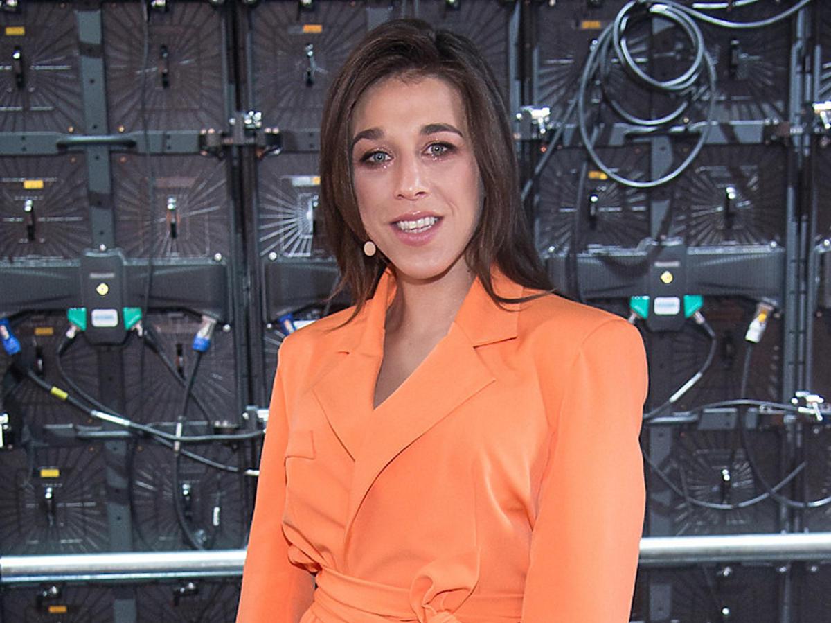 Joanna Jędrzejczyk w pomarańczowej sukience