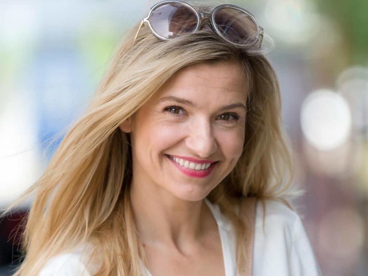 """Joanna Koroniewska pozuje do zdjęć przed studiem """"Dzień Dobry TVN"""""""