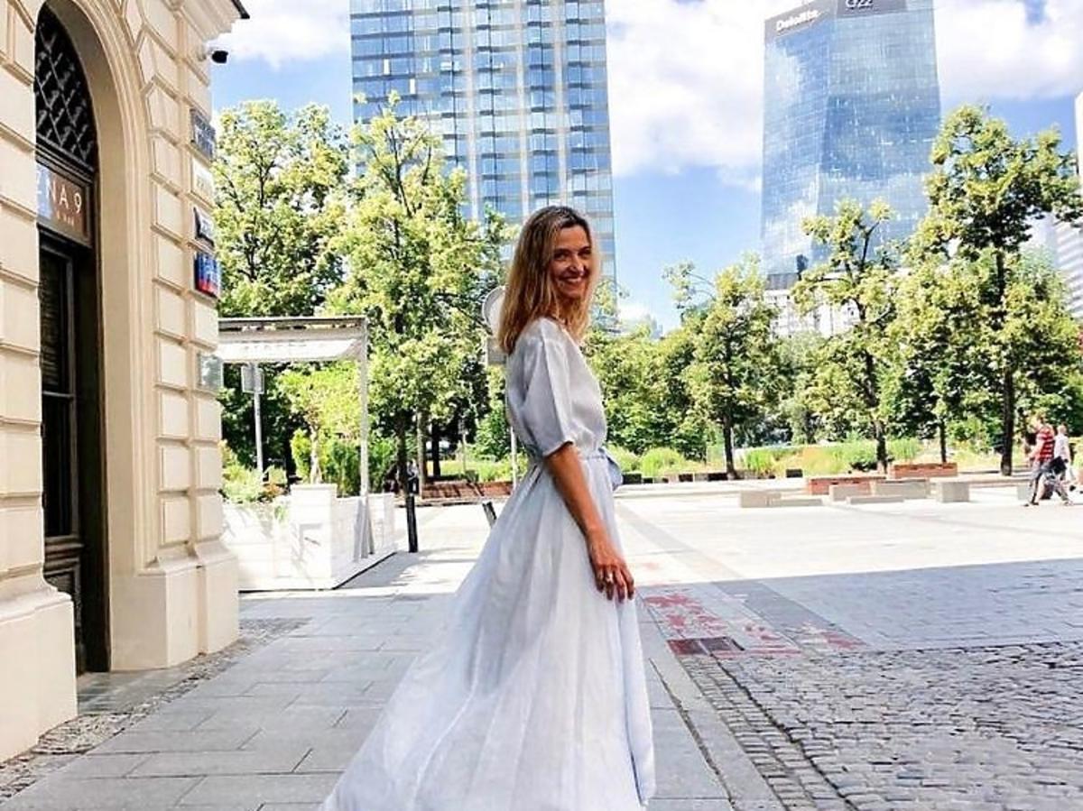 Joanna Koroniewska pozuje w białej długiej sukience Łukasza  Jemioła
