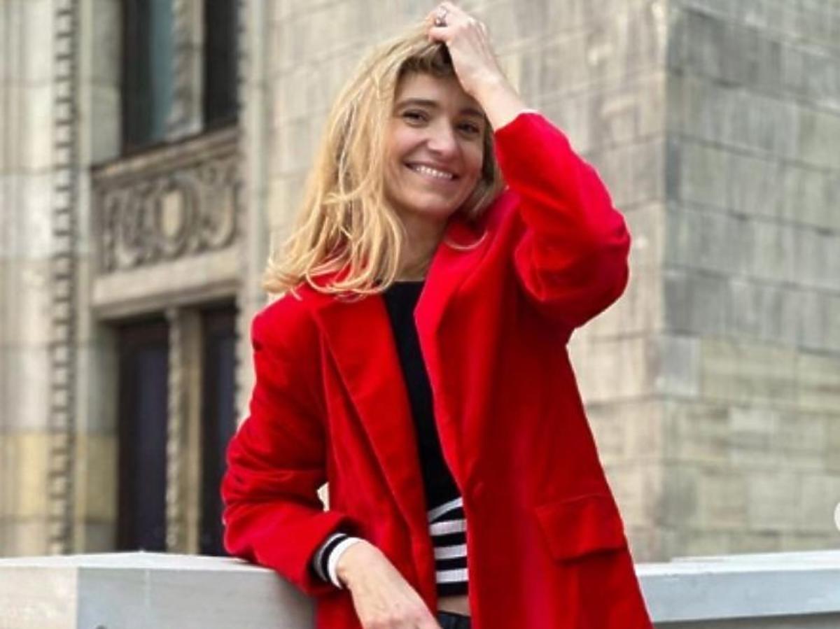 Joanna Koroniewska w czerwonej marynarce oversize