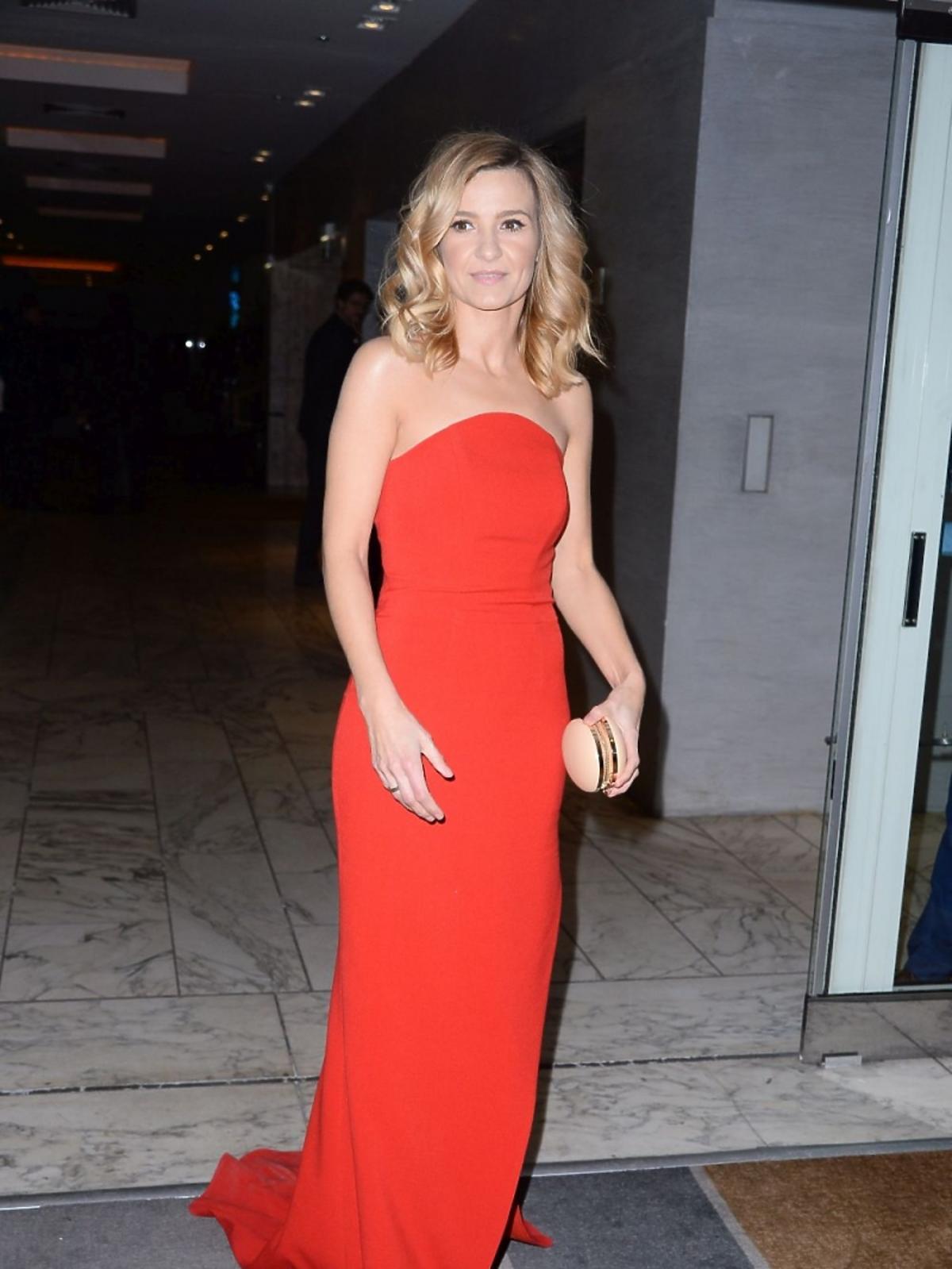 Joanna Koroniewska w czerwonej sukni