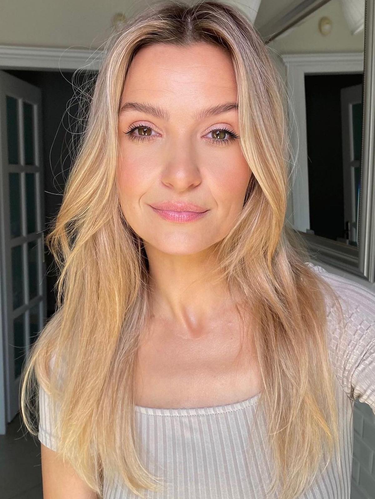 Joanna Koroniewska w długich, blond włosach rozpuszczonych