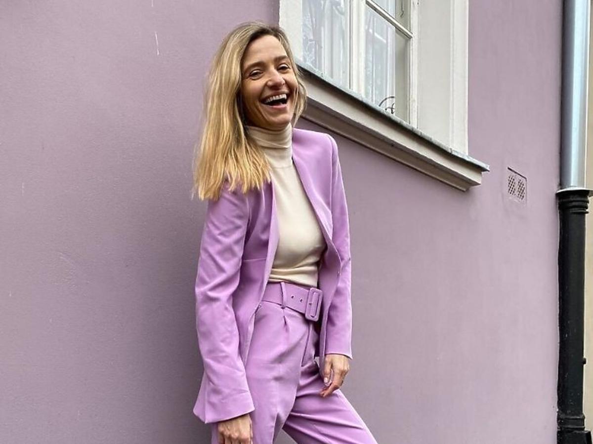 Joanna Koroniewska w garniturze lila z Zary