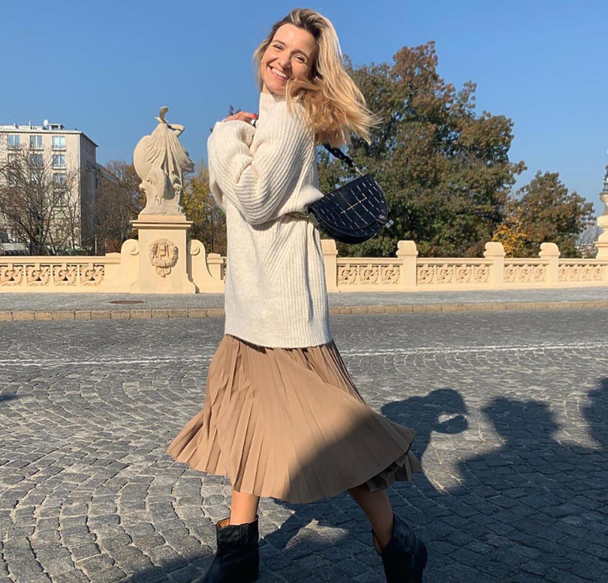 Joanna Koroniewska w plisowanej spódnicy