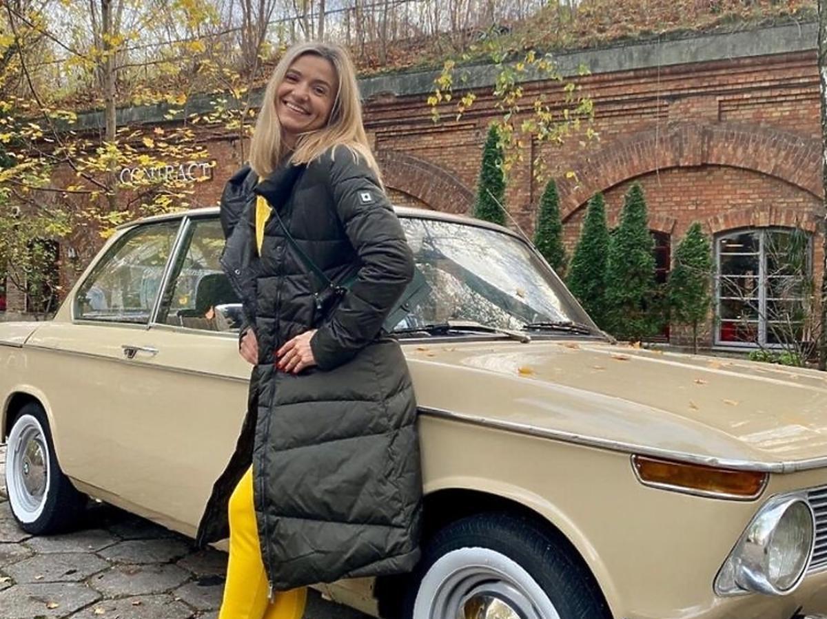 Joanna Koroniewska w puchowej czarnej kurtce Tiffi
