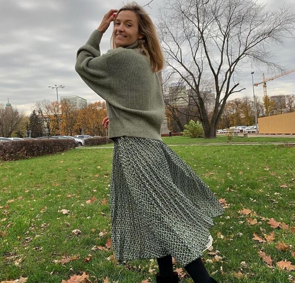 Joanna Koroniewska w swetrze i plisowanej spódnicy z H&M