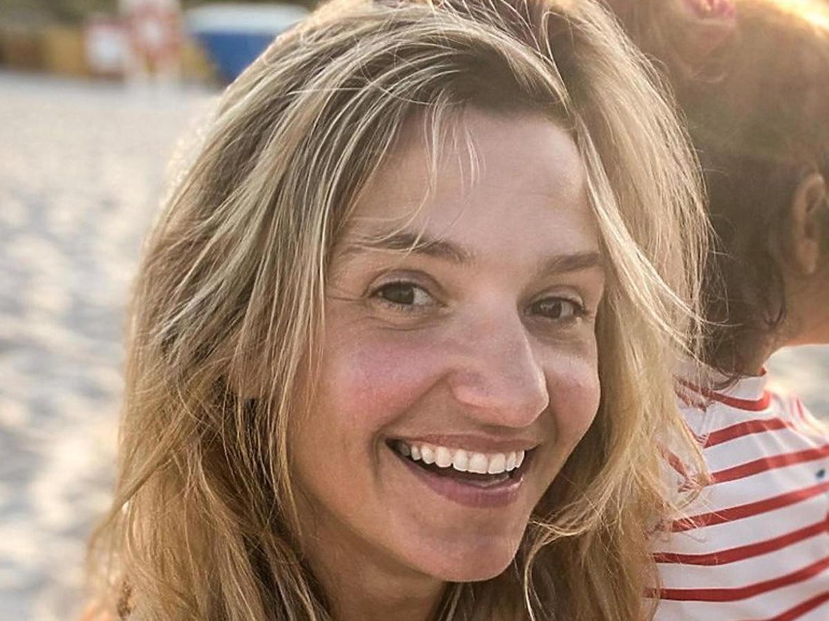 Joanna Koroniewska z córką na plaży
