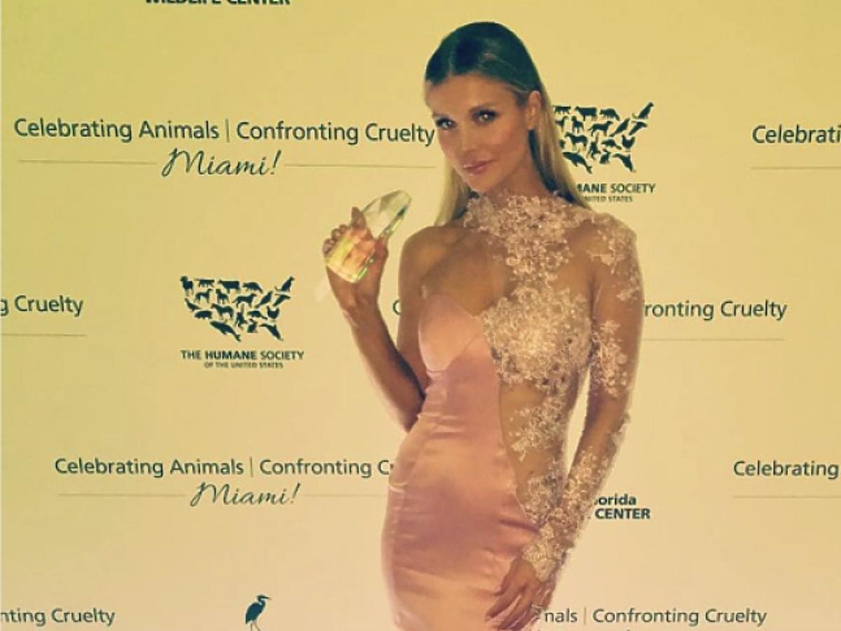 Joanna Krupa w różowej sukni z nagrodą w ręce