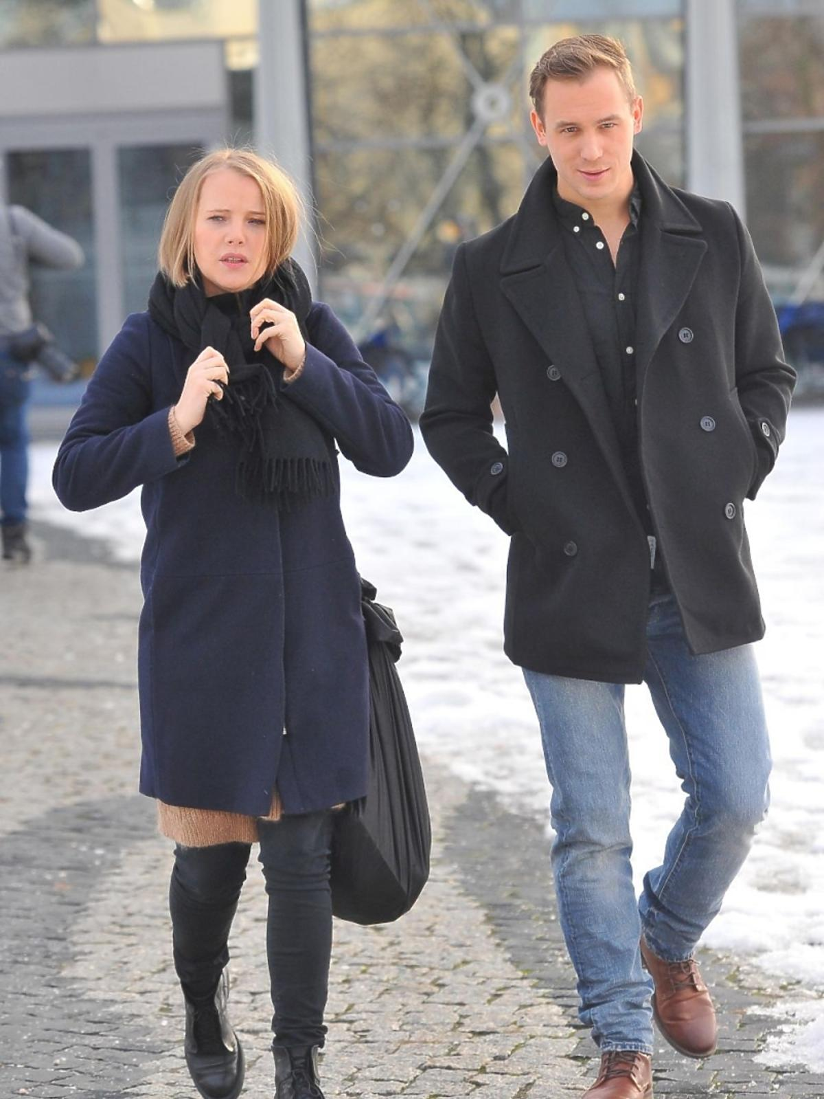Joanna Kulig i Stefan Pawłowski pod studiem TVP