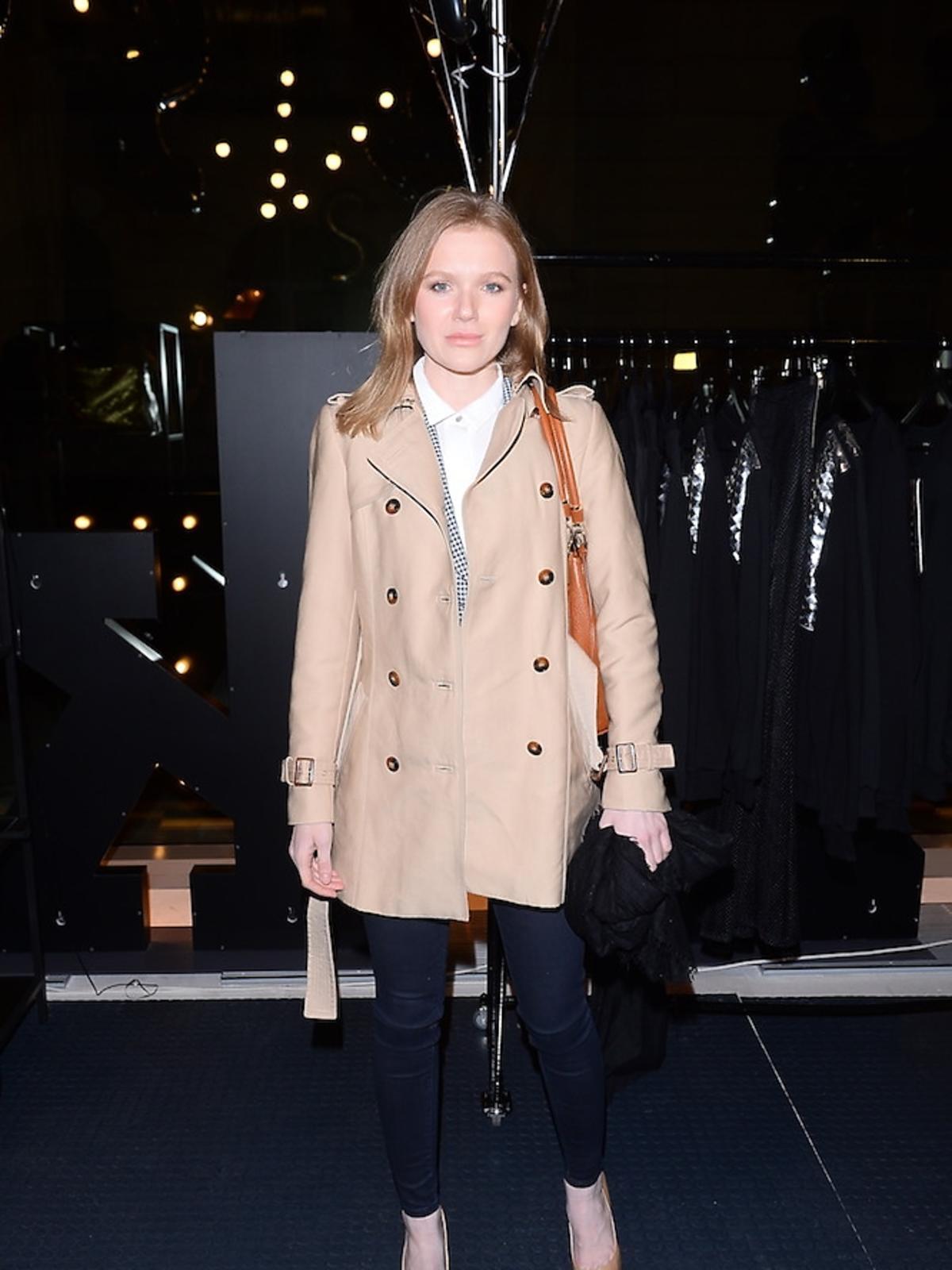 Joanna Majstrak w beżowym płaszczu