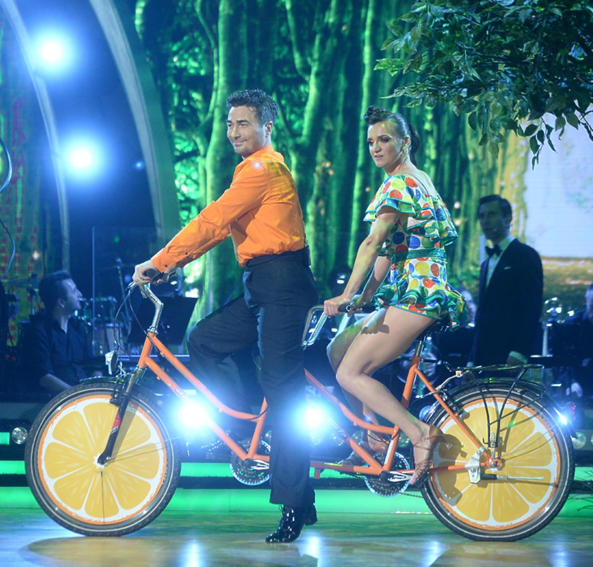 Joanna Mazur z Jankiem Klimentem na rowerze w 9. odcinku
