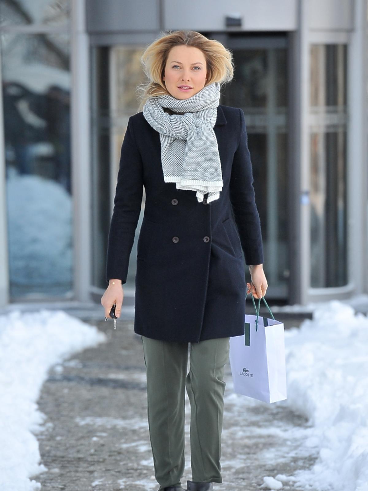 Joanna Moro przed siedzibą TVP