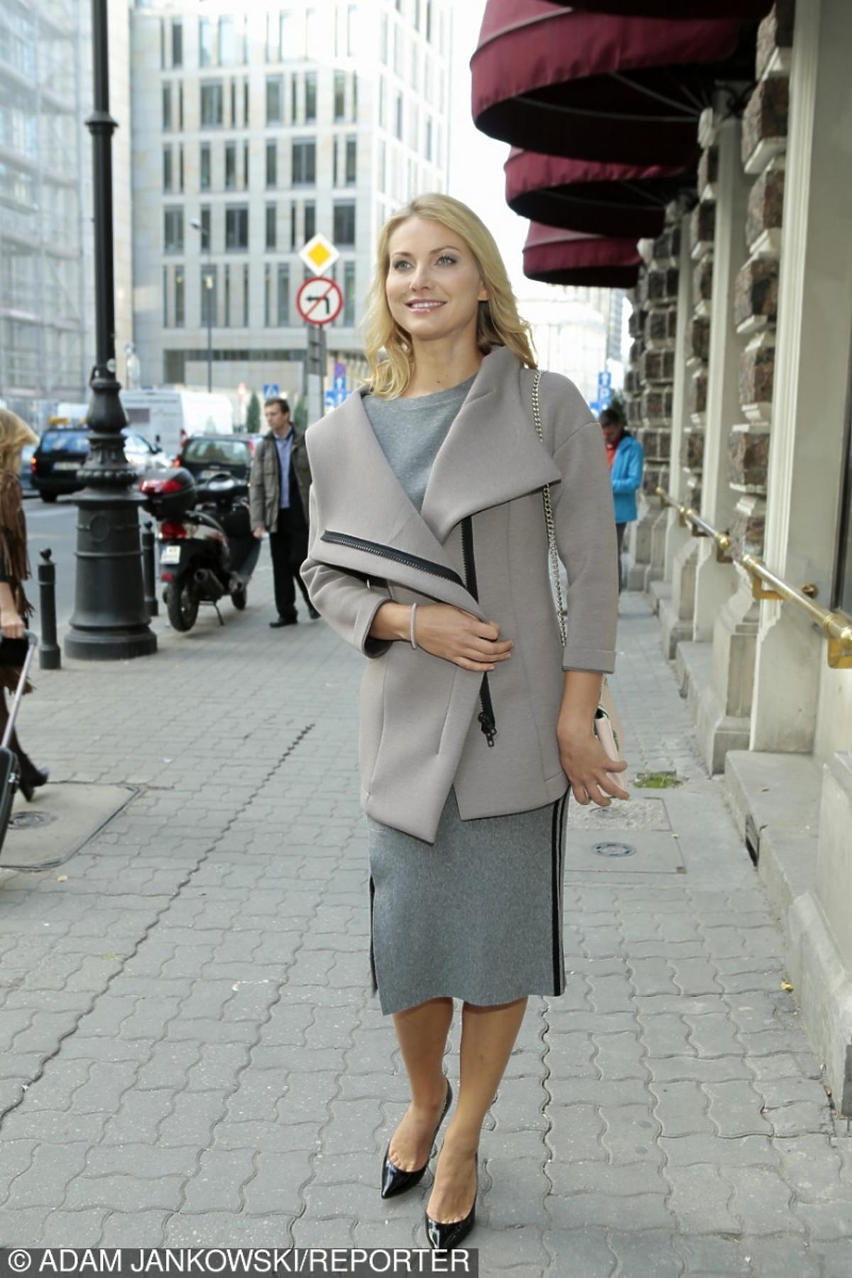 Joanna Moro w beżowej sukience na prezentacji kolekcji Ochnik