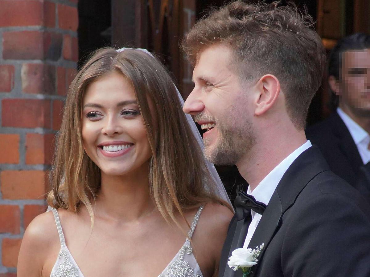 Joanna Opozda i Antoni Królikowski przed kościołem po ślubie