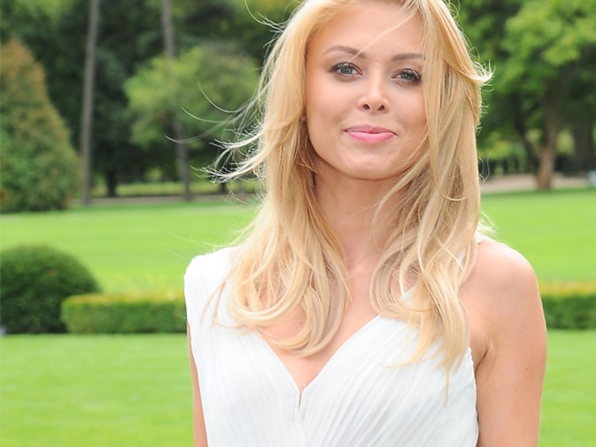 Joanna Opozda w białej sukience