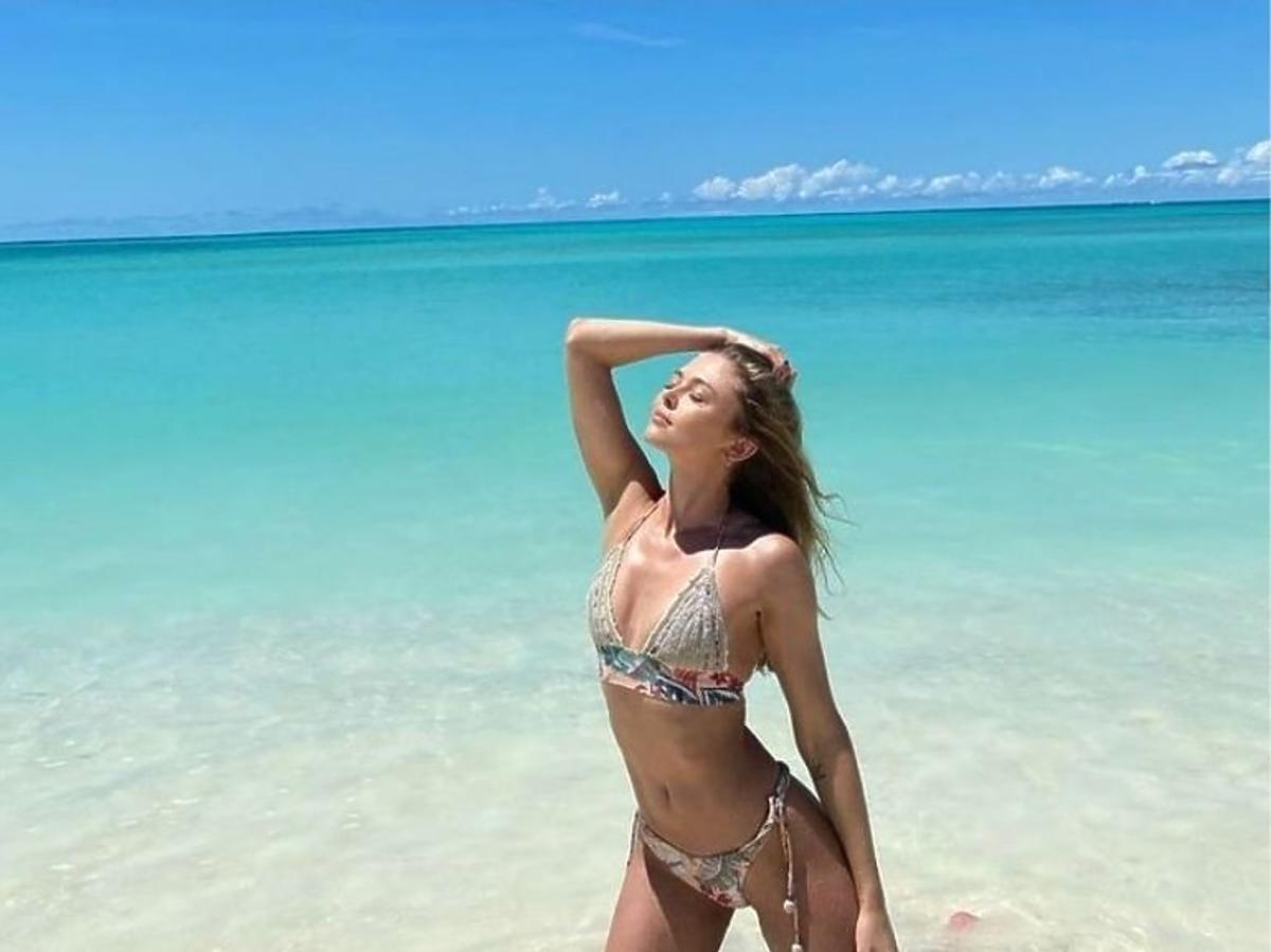 Joanna Opozda w kostiumie kąpielowym na plaży