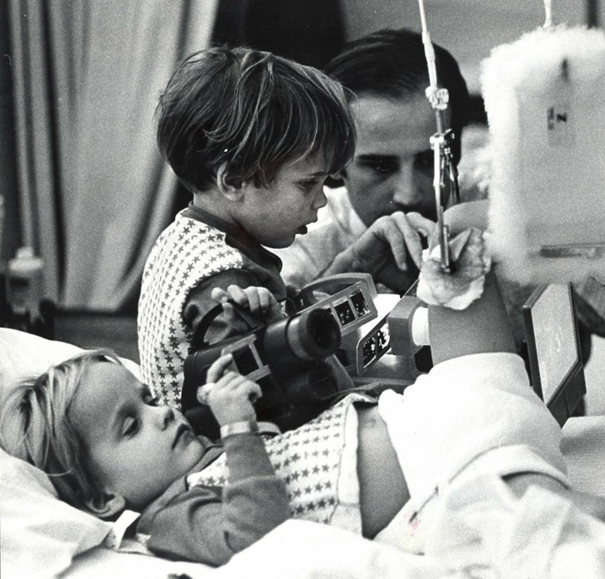 Joe Biden i synowie w szpitalu, po wypadku, w którym zginęła żona i córka Bidena