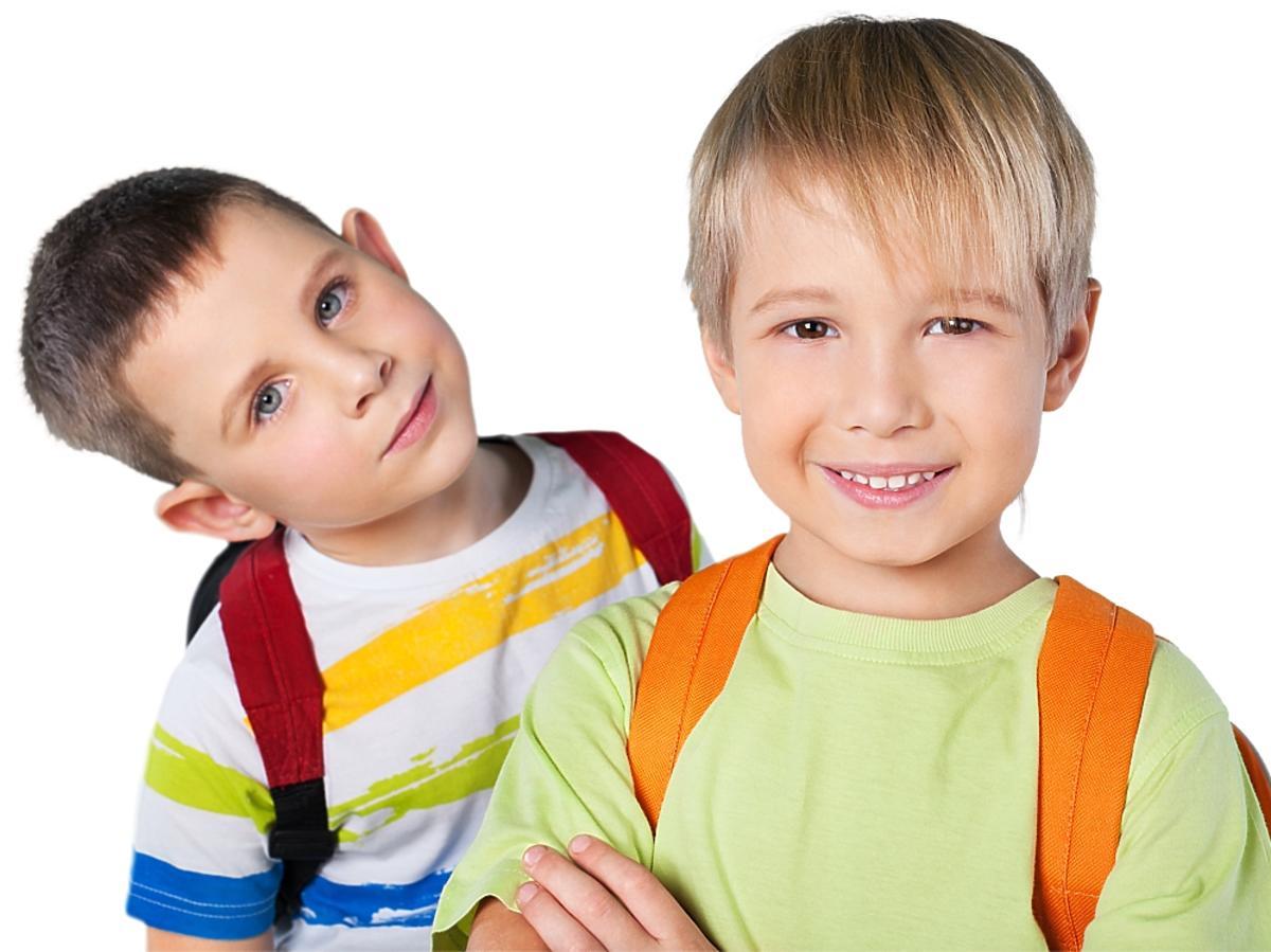 Dwaj chłopcy z plecakami.
