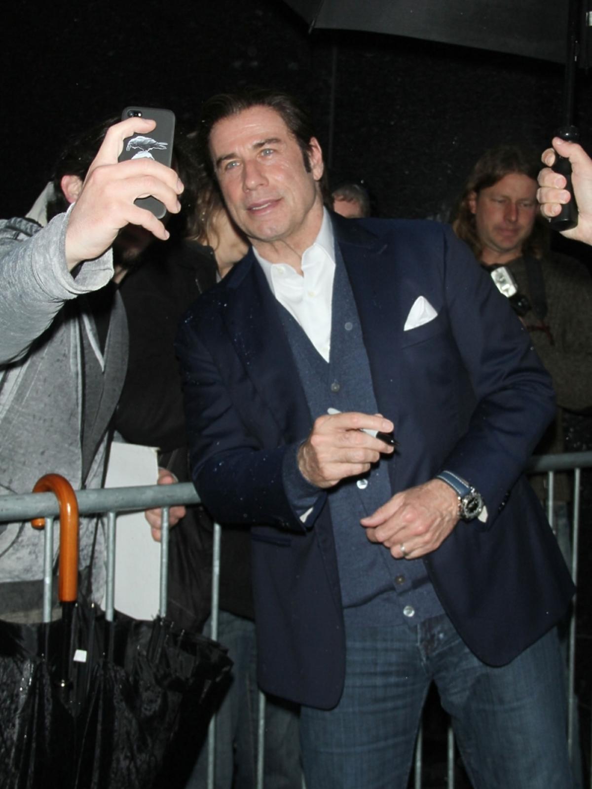 John Travolta pozuje z fanami