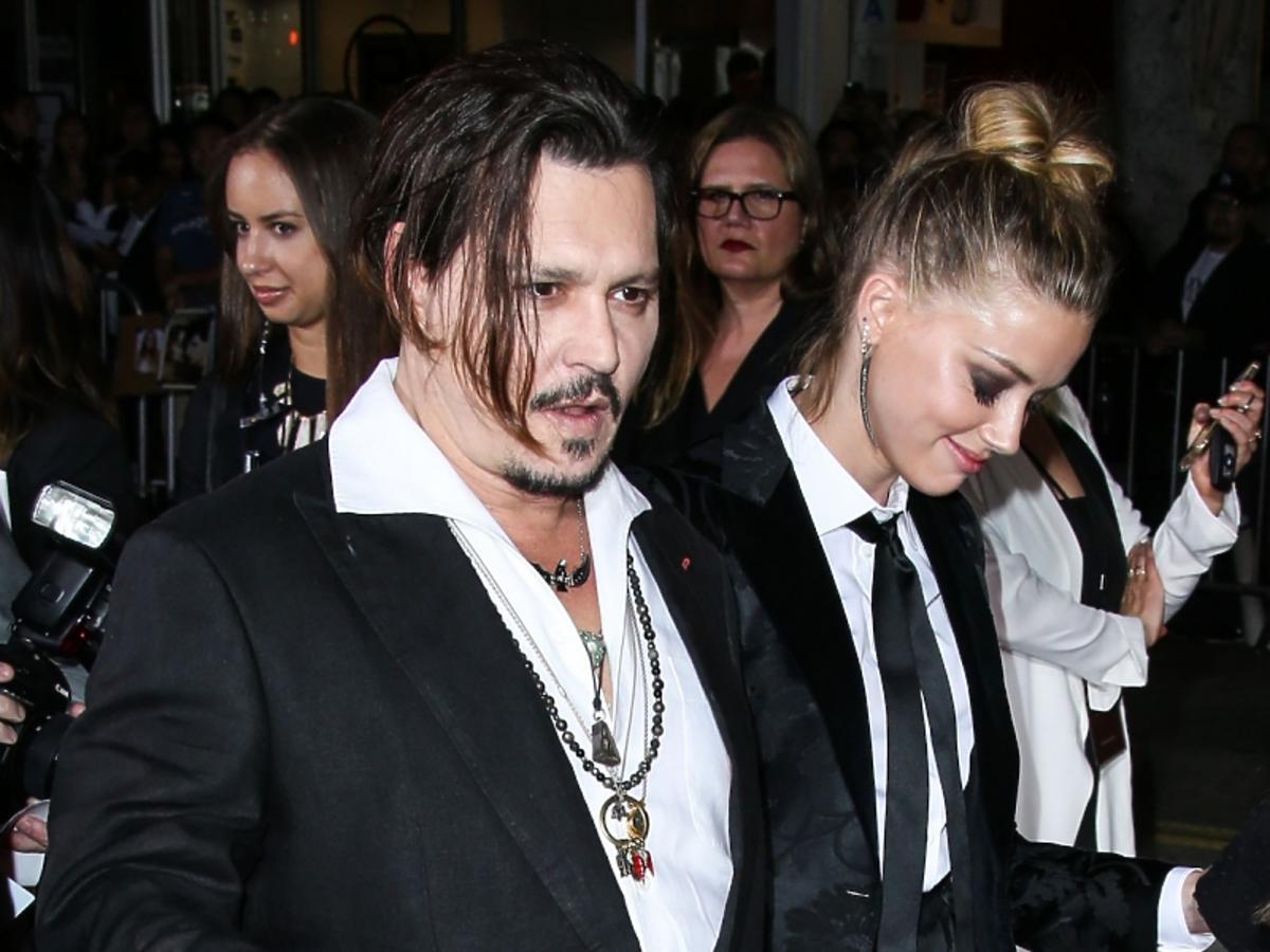 Johnny Depp i Amber Heard w czarnych garniturach i białych koszulach