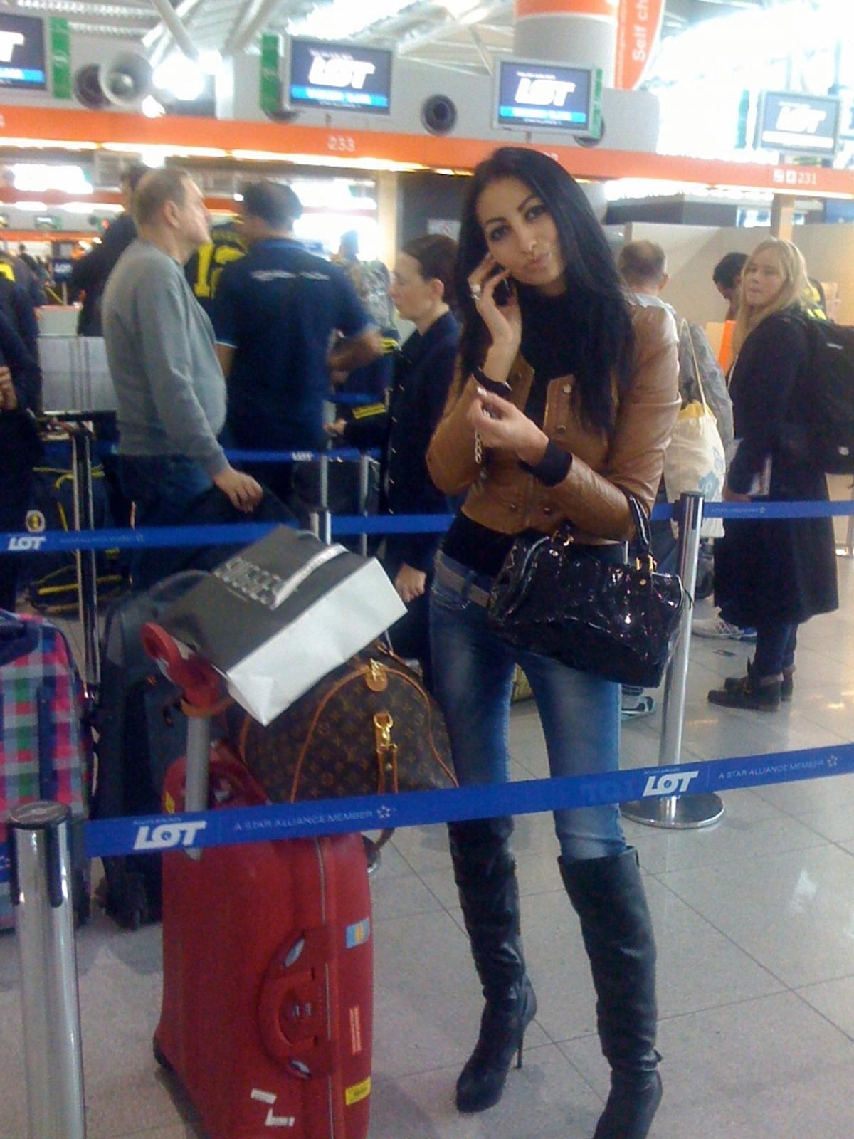 Jola Rutowicz na lotnisku. Jola Rutowicz wyjechała z Polski