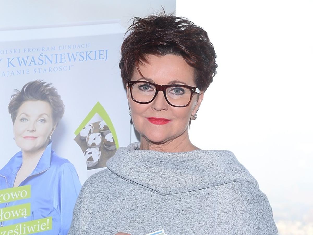 Jolanta Kwaśniewska w szarym swetrze