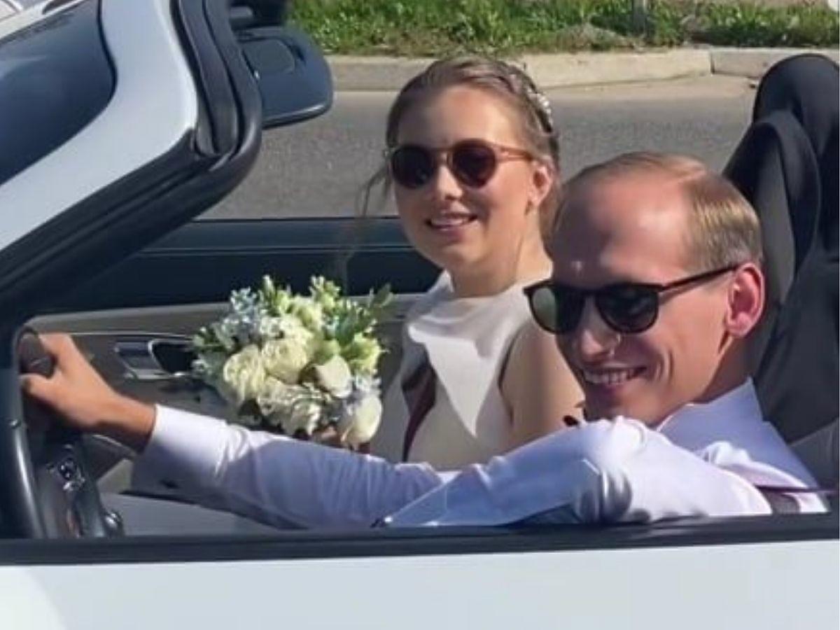 Julia Królikowska z mężem w kabriolecie