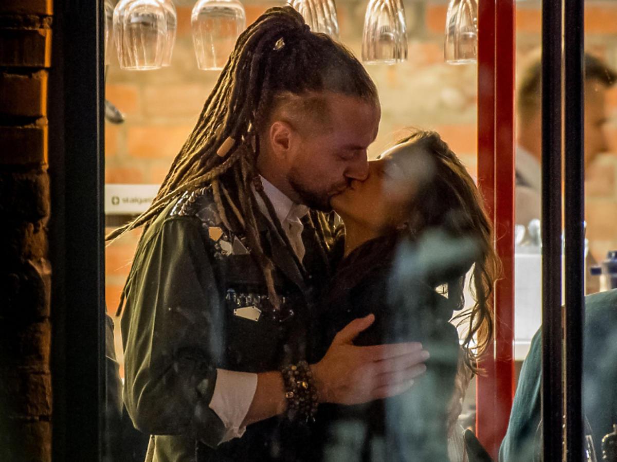Julia Wieniawa i Baron całująsię na randce