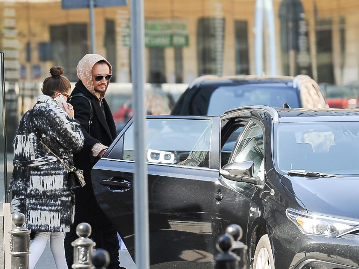 Julia Wieniawa i Baron wsiadajądo samochodu