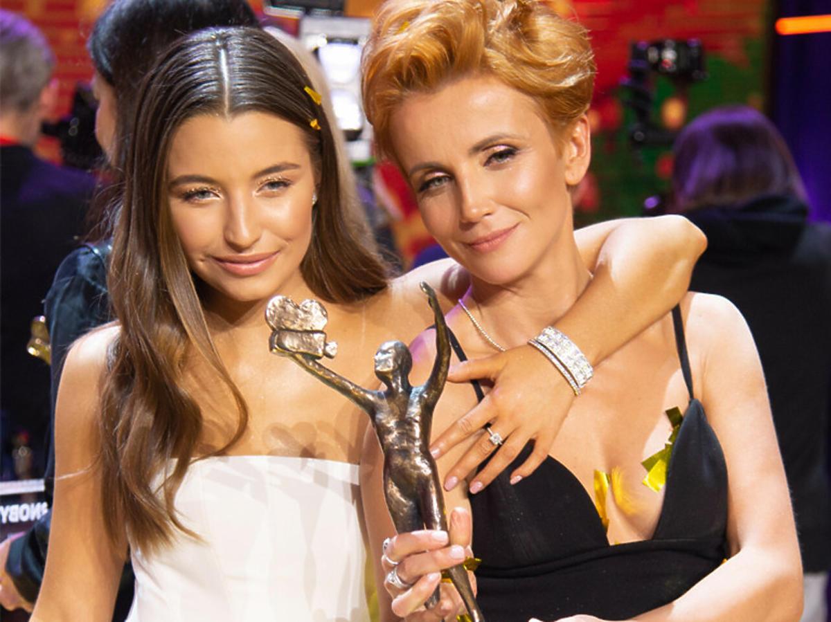 Julia Wieniawa i Kasia Zielińska trzymają TeleKamerę