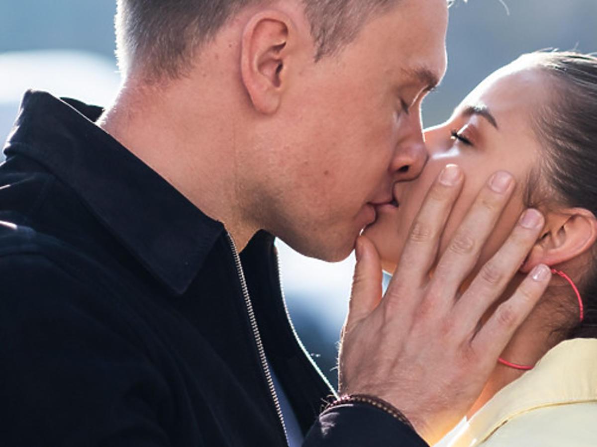 Julia Wieniawa i Kuba Wesołowski całują się