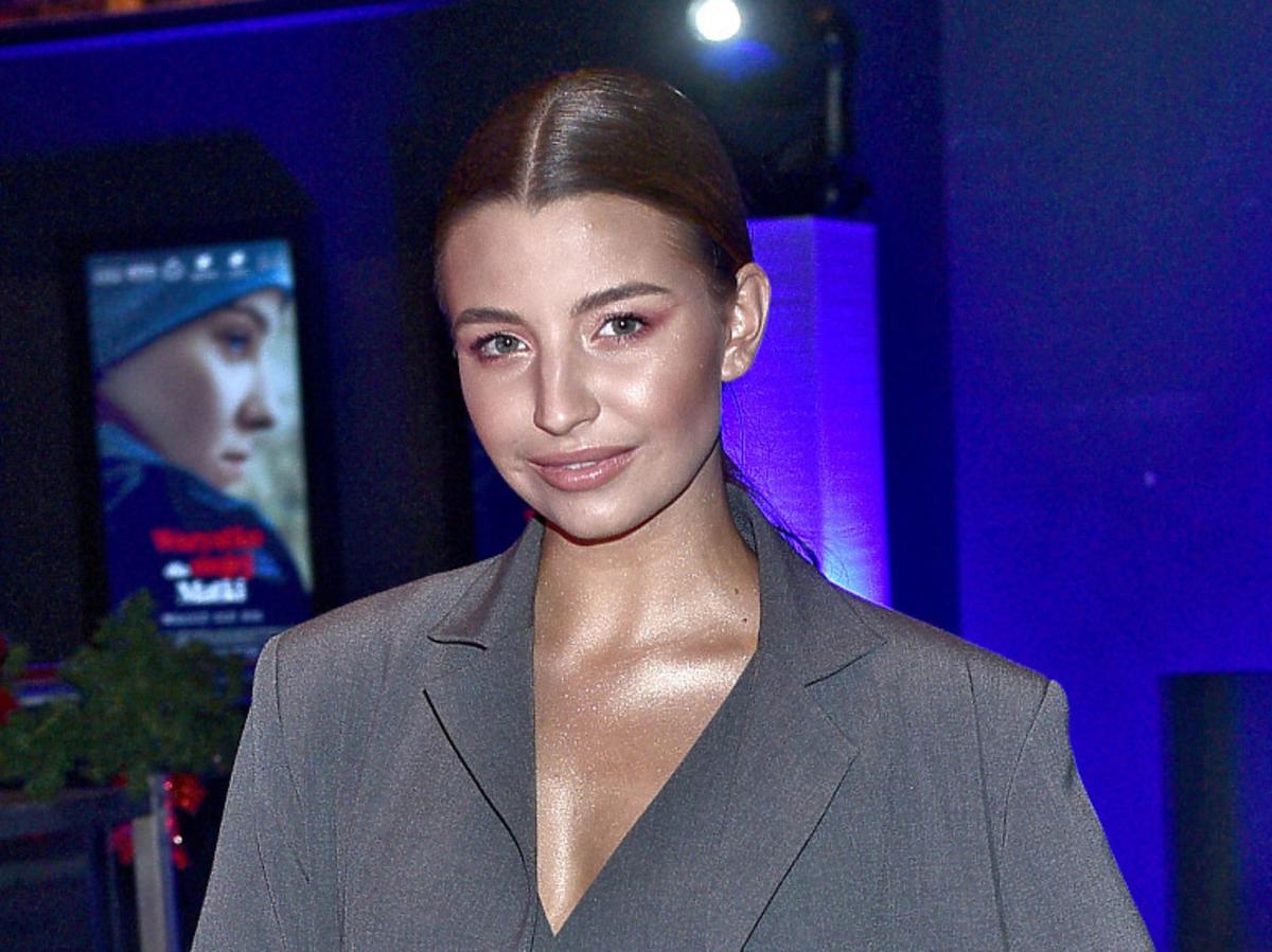 Julia Wieniawa na premierze filmu w szarym garniturze
