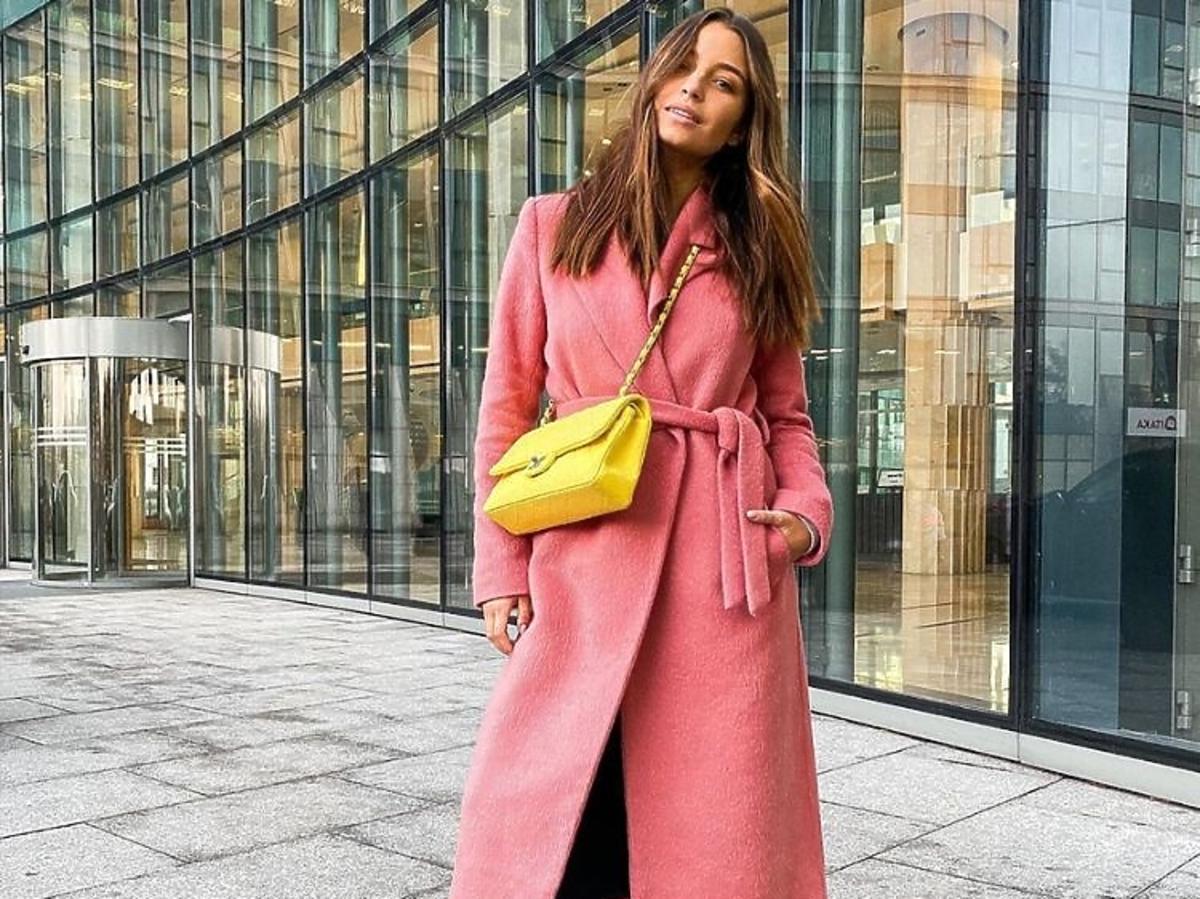 Julia Wieniawa pozuje w różowym płaszczu